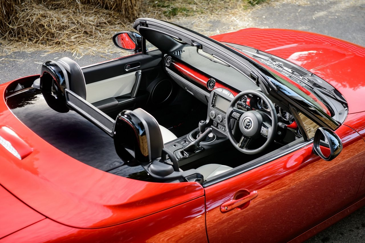 A jubileumi MX-5 Roadster Coupék végsebessége 218 kilométer/óra, átlagfogyasztásuk 7,8 liter száz kilométeren