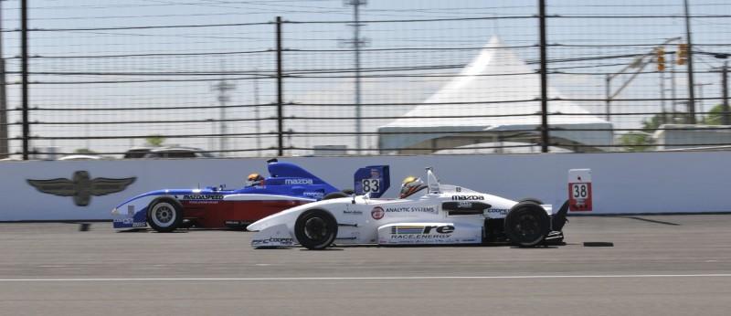 A Pro Mazda és az USF2000 versenyautói egymás meleltt. Előbbi azért is különösen érdekes, mert az egyetlen nyitott kerekes bajnokság, amelyben aversenyautókat forgódugattyús motor hajtja. A Pro Mazda autóiba 1,3 literes Wankel-motor kerül
