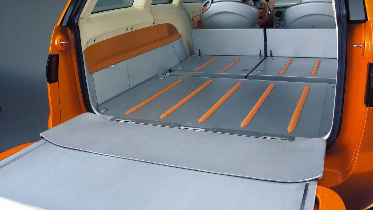 Az üléseket ledöntve 1250 literes csomagtér nyerhető az MX Sport Tourerben. A lamellás tetőt előrenyitva kész a pickup