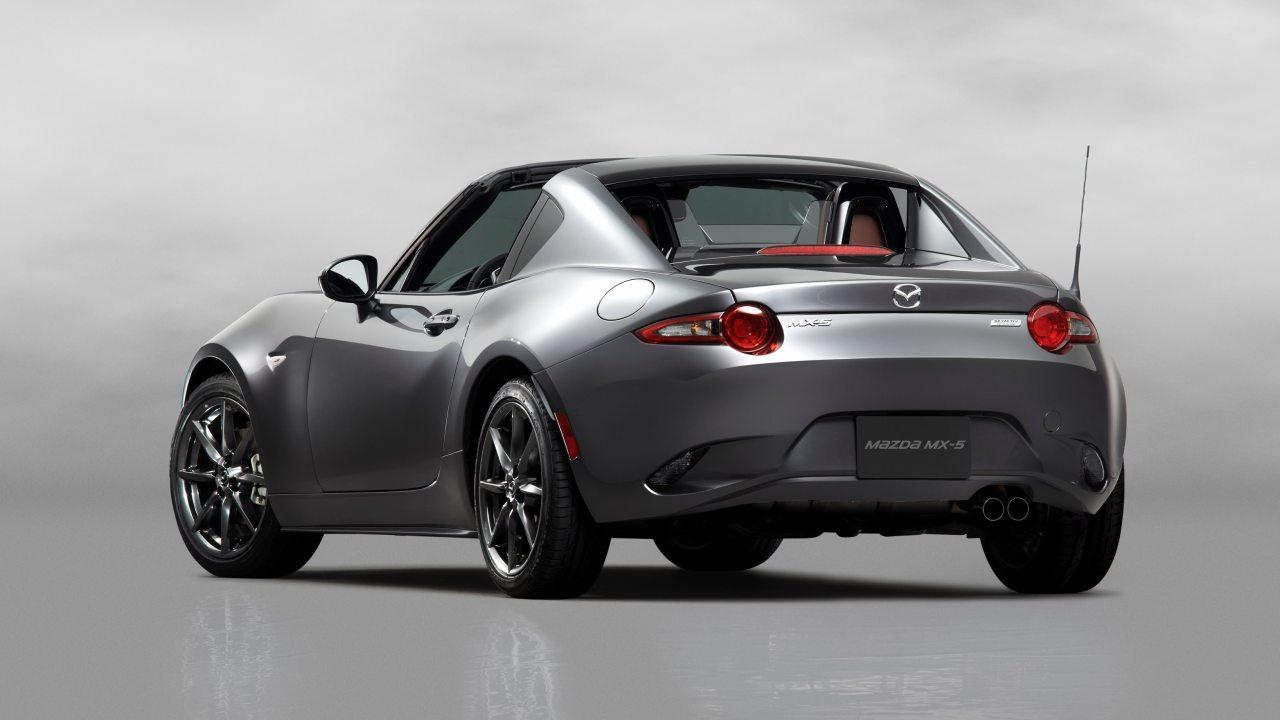 A tetőn túl a lehúzható hátsó szélvédő is unikum a Mazda MX-5 RF modellen, a B-oszlopok azonban a helyükön maradnak