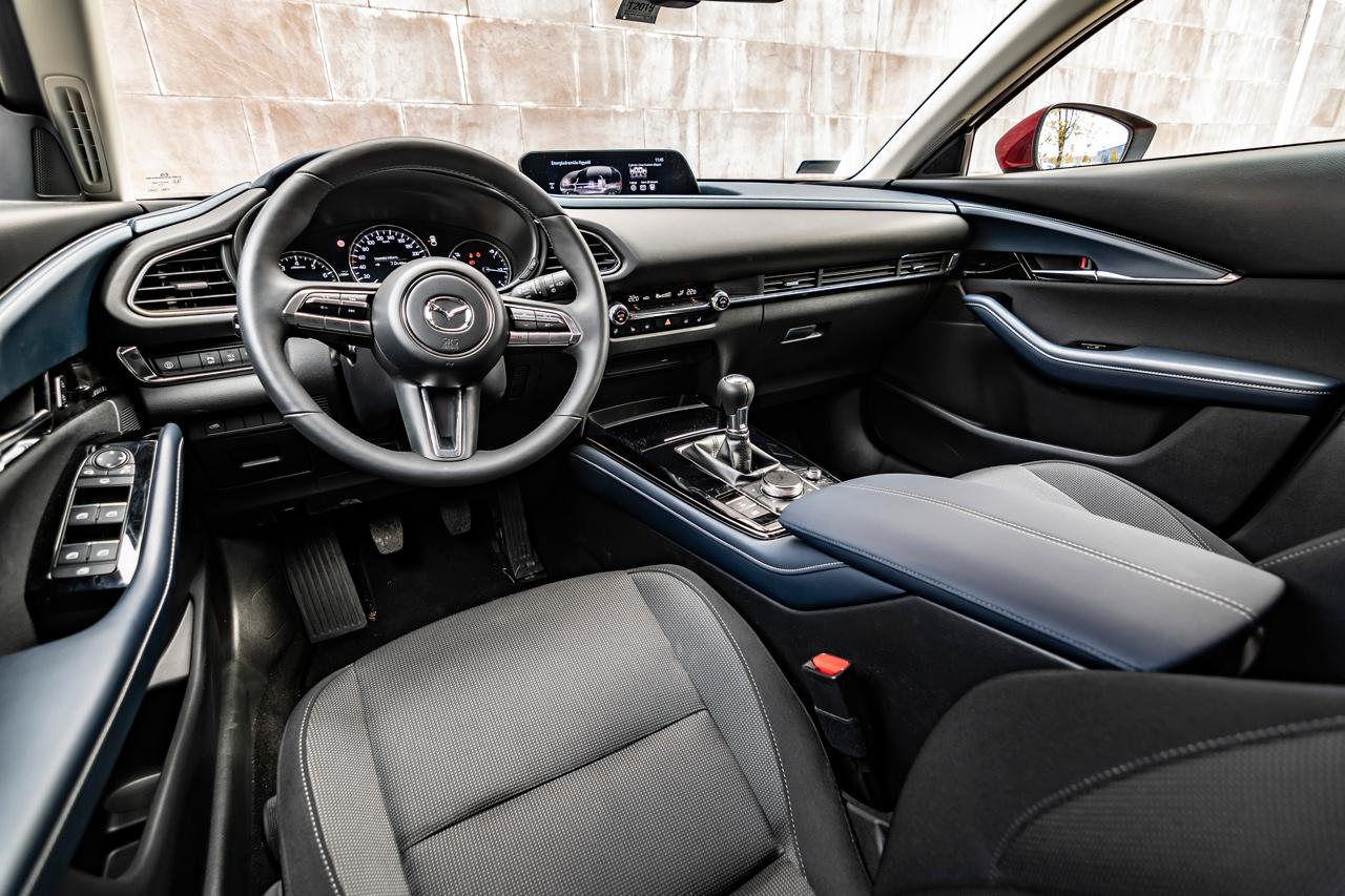 A kék betétek a CX-30 sajátjai, egyébként szinte megegyezik a Mazda3 belsejével