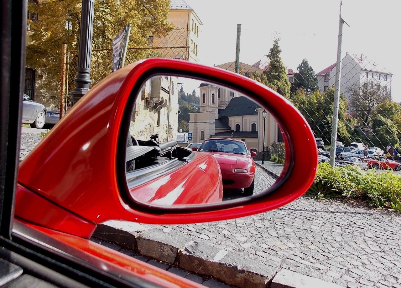 Egy nyitott tetejű autónak még a visszapillantó tükrében is szebb, tágasabb a panoráma