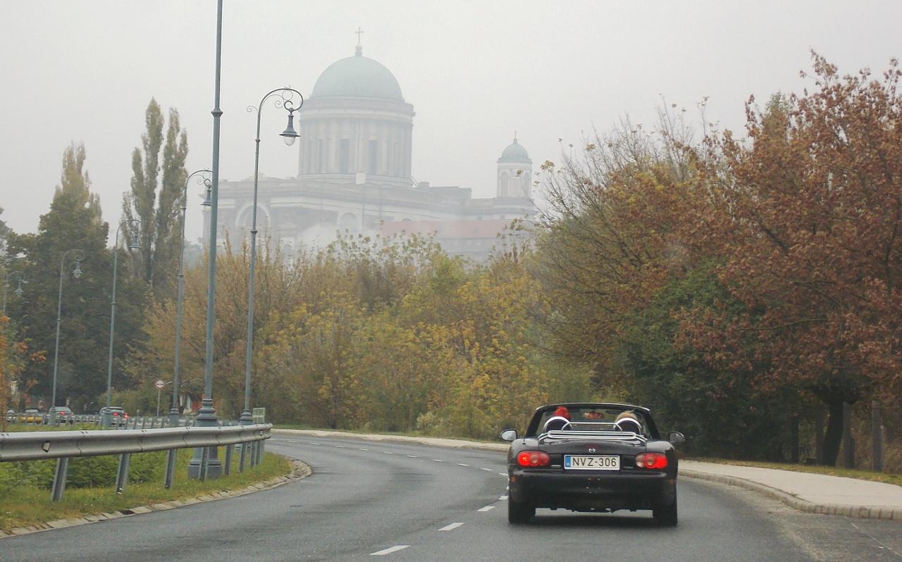 Ködösen, hűvösen indult a reggel, ám többen így is a nyitott tetejű autózás élményét választották a panorámáért és az életérzésért cserébe