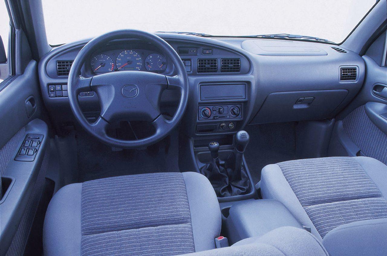 A B-sorozat utolsó, ötödik generációjának utastere az akkori Mazda személyautók világát, kényelmét idézte