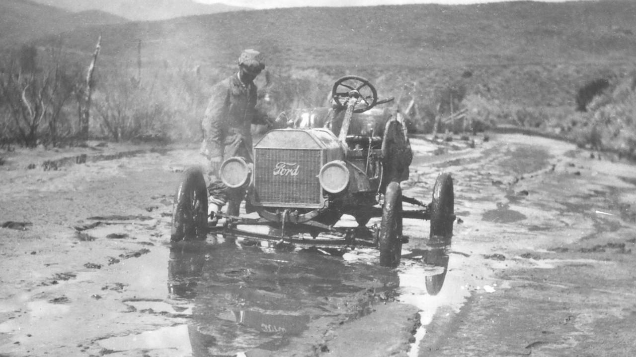 Már Henry Ford első T-modell prototípusa is javarészt kenderből készült, amelynek karosszériaelemei tízszer masszívabbnak bizonyultak az acél változatokénál