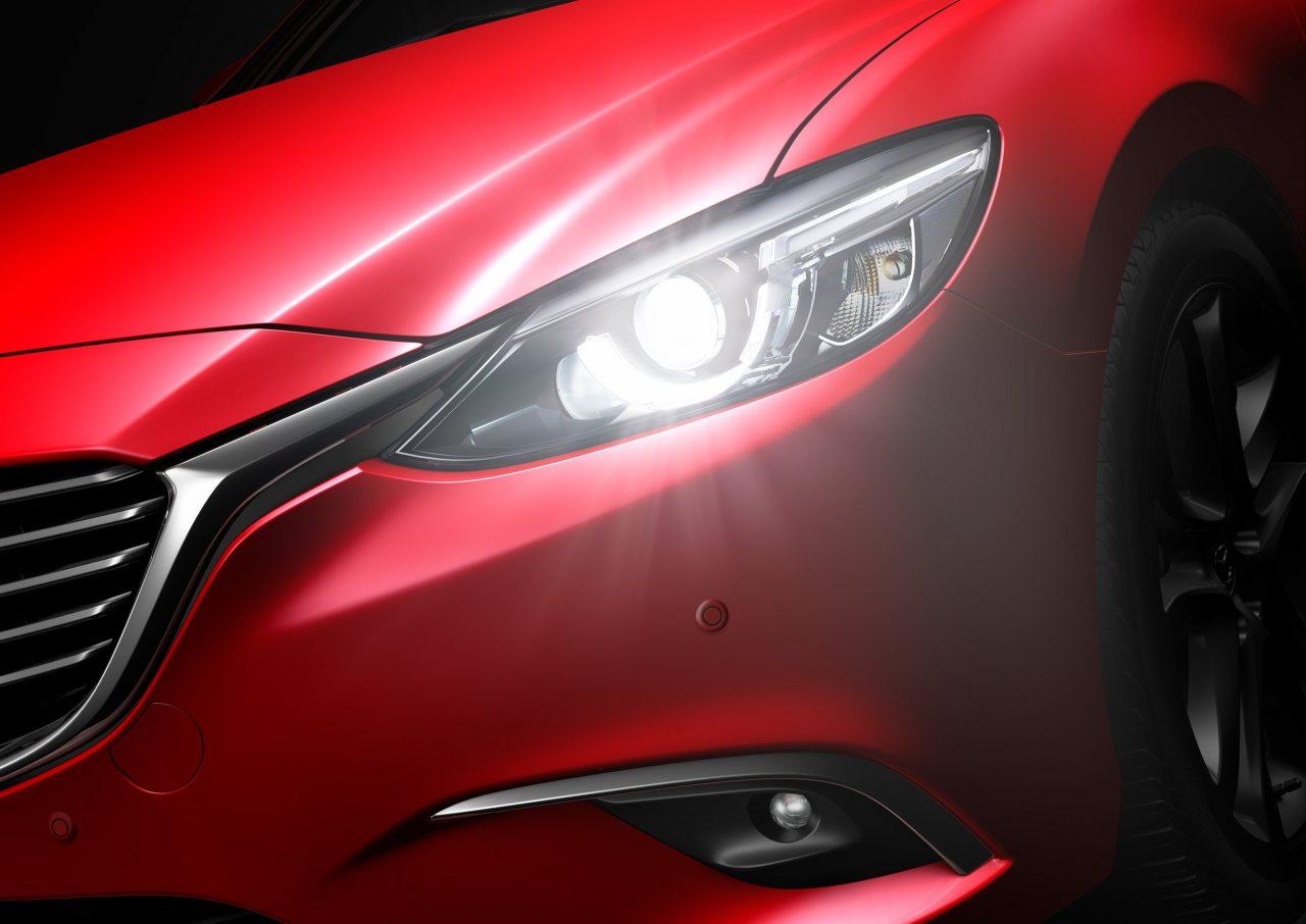 Olyan szép a szeme, hogy a napra – pardon, a fényszóróra – lehet nézni, de bele nem? Pedig van ott látnivaló, a dizájnon túl is, hiszen ez a rendszer már a friss CX-5-ben is megjelent adaptív fényszóró