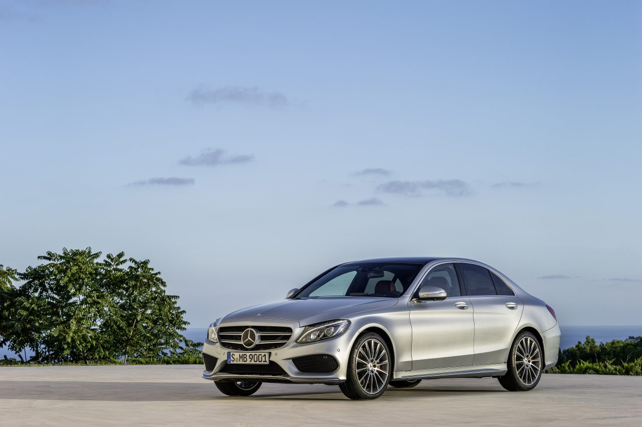 A Lexus IS és a Mercedes-Benz C-osztály alapára egyaránt bő kilencmillió forint, de merőben más a tartalom