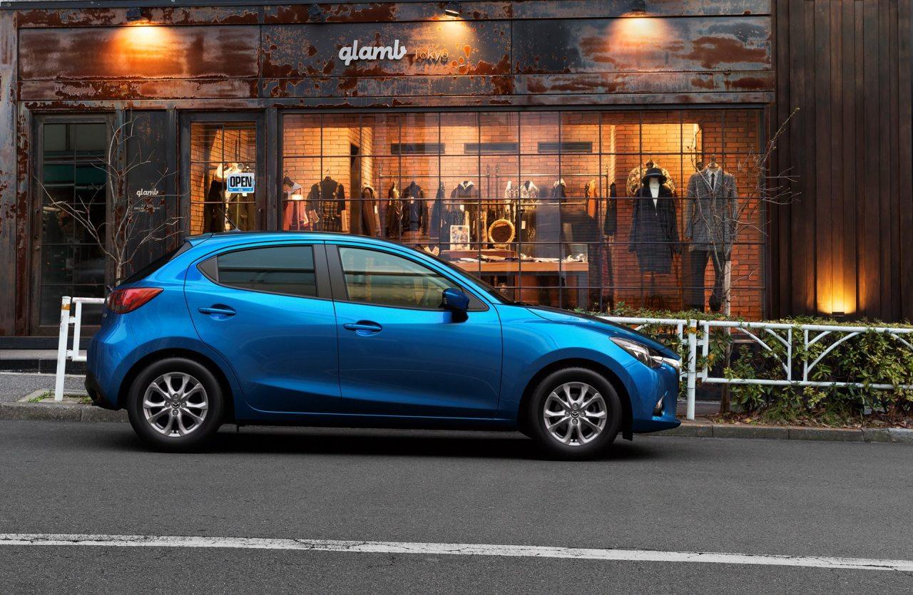 Profilból hasonlít leginkább elődjére az új Mazda2